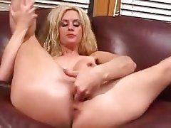 Blonde MILF squirter